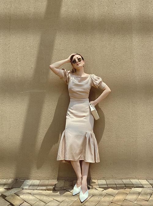 Đầm cổ điển vừa có thể dạo phố vừa mang lại sự thanh lịch cho các buổi tiệc nhẹ. Khi diện các mẫu váy tay bồng, các nàng có thể chọn thêm túi mini, giày mullet để phối đồ ăn ý.