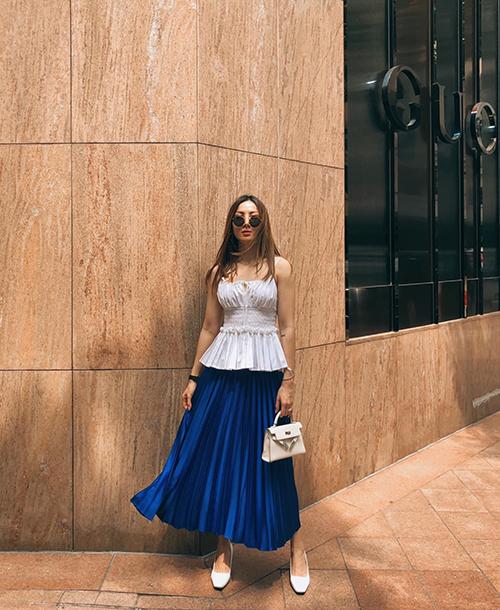 Chân váy xếp ly là hot trend khuấy đảo mùa mốt năm ngoái, ở mùa hè năm nay Yến Nhi tiếp tục lăng xê mốt này với tông xanh bắt mắt.