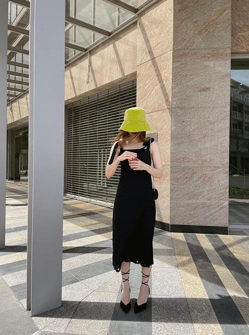Lựa chọn váy ren với các thiết kế hai dây điệu đà cũng là xu hướng được Yến Nhi ưa chuộng ở mùa hè năm nay. Ngoài cách đồ mix ton-sur-ton, các nàng có thể chọn phụ kiện màu tương phản để tăng sức hút cho set đồ.