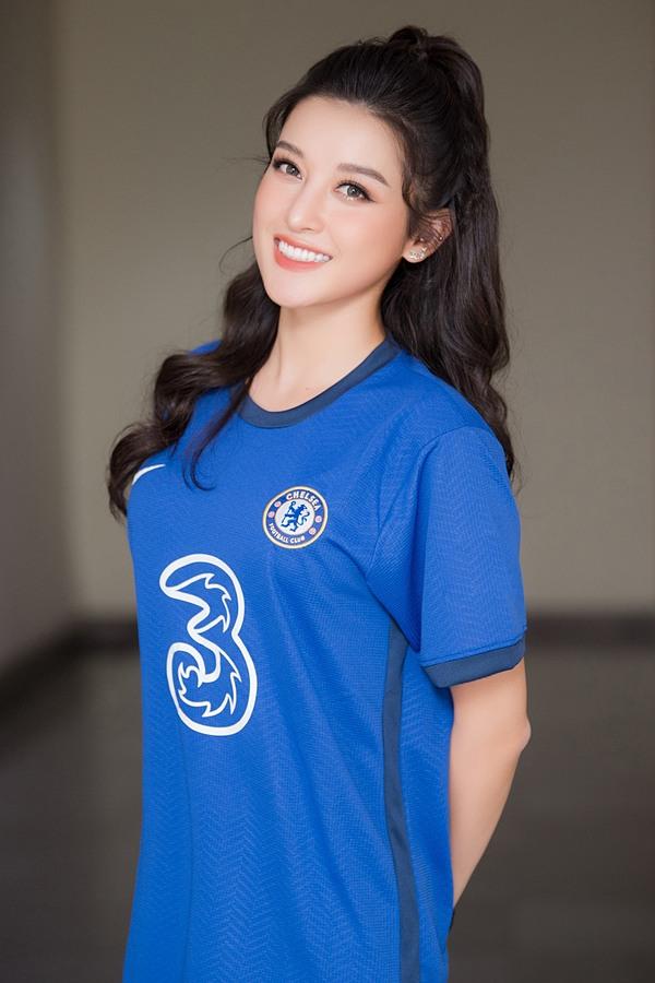 Mỹ nhân 25 tuổi tiết lộ cả gia đình cô đều yêu thích môn thể thao vua cũng như CLB Chelsea.