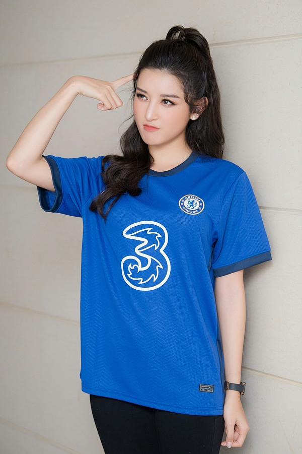Huyền My từng gây bão hồi đầu năm 2015 khi xuất hiện trên fanpage của Chelsea vốn có đến 49 triệu người theo dõi. Đông đảo khán giả quốc tế đã dành lời khen ngợi vẻ đẹp của á hậu Việt Nam trong trang phục Chelsea.