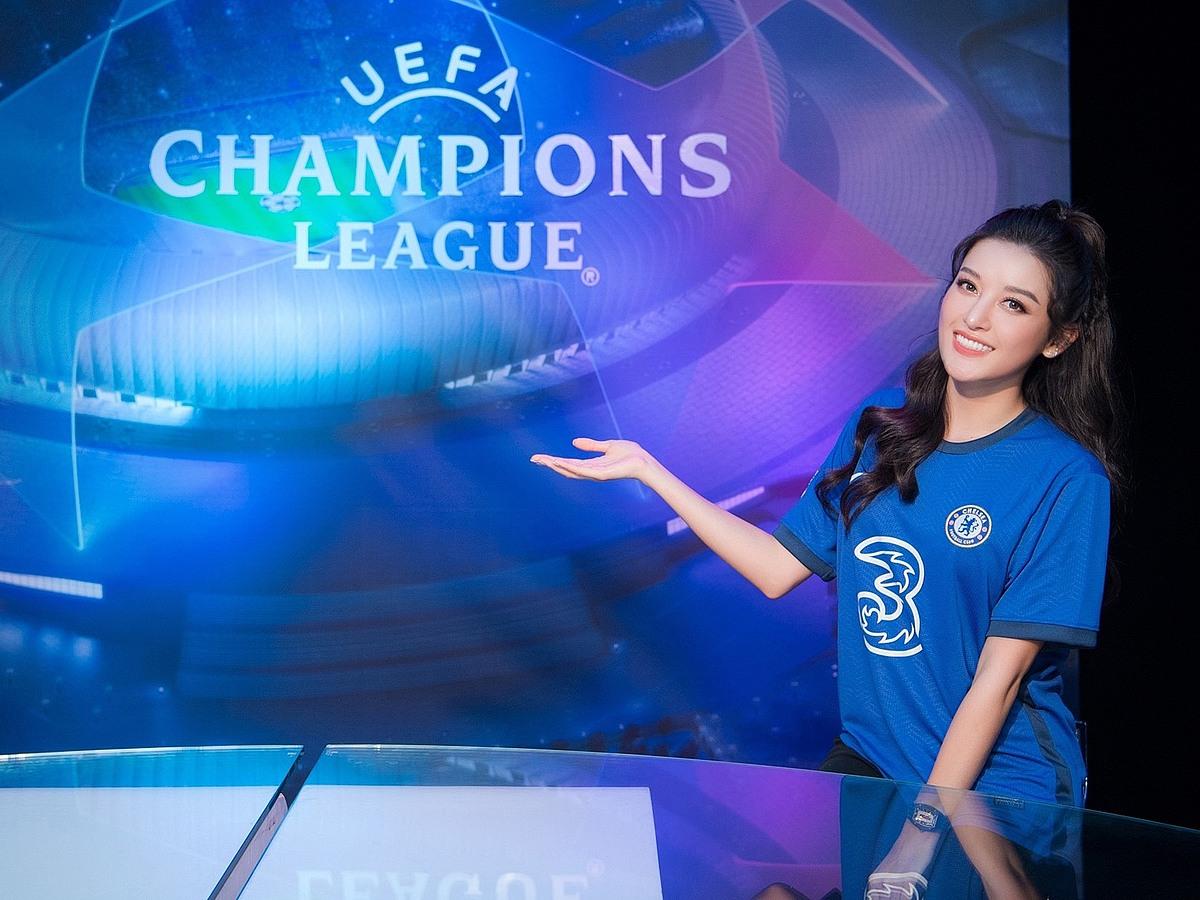 Huyền My khoe nhan sắc cuốn hút trong màu áo thi đấu của Chelsea. Cô hâm mộ Chelsea suốt nhiều năm qua và hầu như không bỏ lỡ các trận đấu của câu lạc bộ.