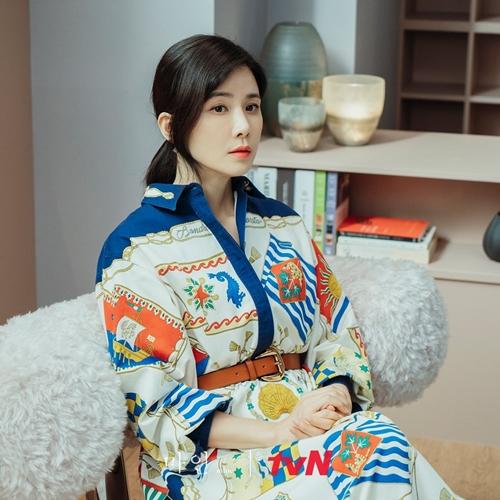 Lee Bo Young đẹp sang trong trong vai nàng dâu nhà tài phiệt phim Mine.