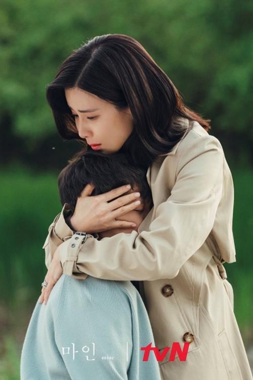 Mẹ Hi Soo ôm bé Ha Joon trong tập 7.
