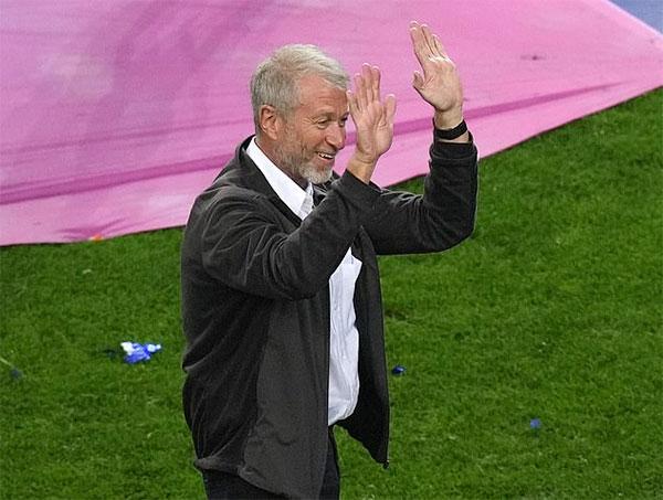Tỷ phú người Nga xuống sân hòa cùng màn ăn mừng tưng bừng của dàn cầu thủ Chelsea sau chung kết Champions League trên sân Dragao, Porto, Bồ Đào Nha, tối qua.