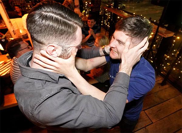 Tại các quán bar nơi đặt màn hình lớn, người hâm mộ The Blues cũng vỡ òa trong niềm vui sướng.