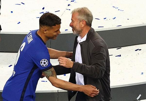 Tài phiệt 54 tuổi ôm xã giao trung vệ Thiago Silva. Ngôi sao người Brazil ra sân từ đầu trận nhưng bị thay ra ở giữa hiệp một vì chấn thương. Đây là chung kết Champions League thứ hai liên tiếp của Thiago Silva. Năm ngoái anh và PSG cùng ông thầy Tuchel ngậm ngùi nhận ngôi Á quân khi thua Munich nhưng năm nay hai thầy trò đã lên ngôi.