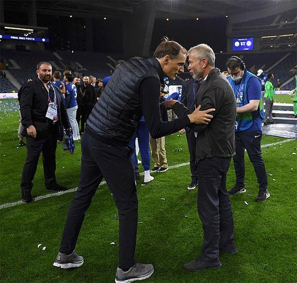 Ông chủ Chelsea bắt tay HLV Thomas Tuchel. Nhà cầm quân người Đức sau đó thổ lộ rằng dù đã làm việc ở The Blues hơn 100 ngày nhưng đây mới là lần đầu ông gặp tỷ phú Abramovich - người đàn ông quyền lực đứng sau thành công của đội bóng gần 20 năm qua.