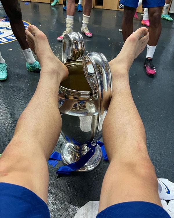 Trong phòng thay đồ sau khi nhận Cup, các cầu thủ bắt đầu màn ăn mừng của riêng mình. Trong ảnh Mateo Kovacic gác cả hai chân lên chiếc Cup danh giá.