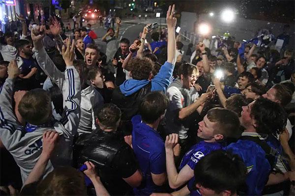 Bên cạnh CĐV trong sân, các fan Chelsea ở ngoài sân Dragao cũng nhảy múa ăn mừng chiến thắng của đội nhà.