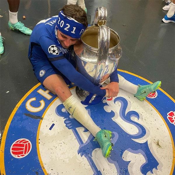 Cầu thủ áo xanh chuyền tay nhau Cup và thi nhau tạo dáng chụp ảnh khó đỡ với thành quả vừa đạt được.