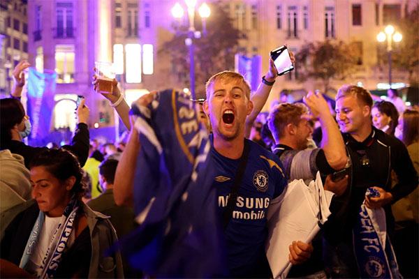 Trước trận chung kết, fan Chelsea và Man City đã đụng độ, ẩu đả khiến cảnh sát Port phải sử dụng dùi cui can thiệp.