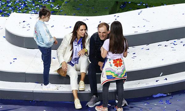 Nhà cầm quân người Đức đi đôi giày may mắn, tận hưởng niềm vui đăng quang bên vợ và hai con gái. Ảnh: AFP.
