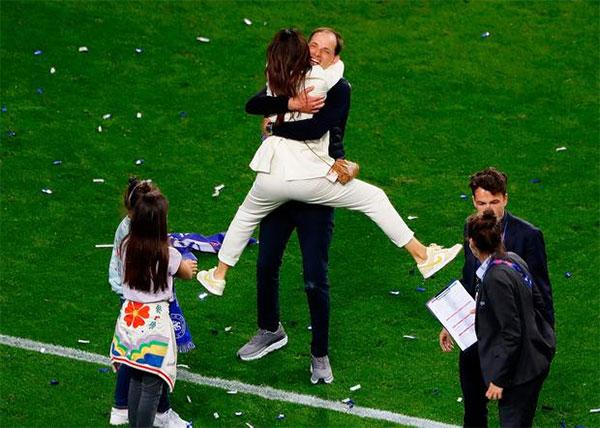 HLV Thomas Tuchel ôm vợ mừng chiến thắng Champions League. Ảnh: Instagram.