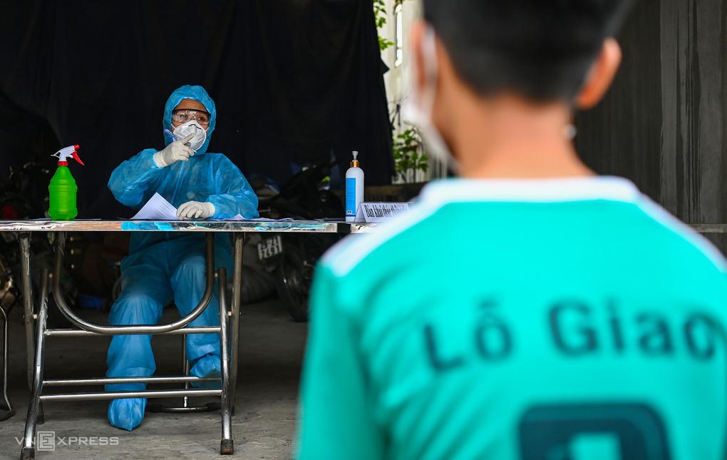 CDC Hà Nội lấy mẫu xét nghiệm nhanh cho người thôn Lỗ Giao, xã Việt Hùng, huyện Đông Anh. Ảnh: Giang Huy
