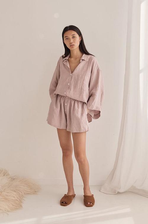 Những bộ trang phục đề cao sự giải phóng hình thể với sơ mi dáng rộng, quần short đồng bộ cũng là lựa chọn lý tưởng vào mùa này.