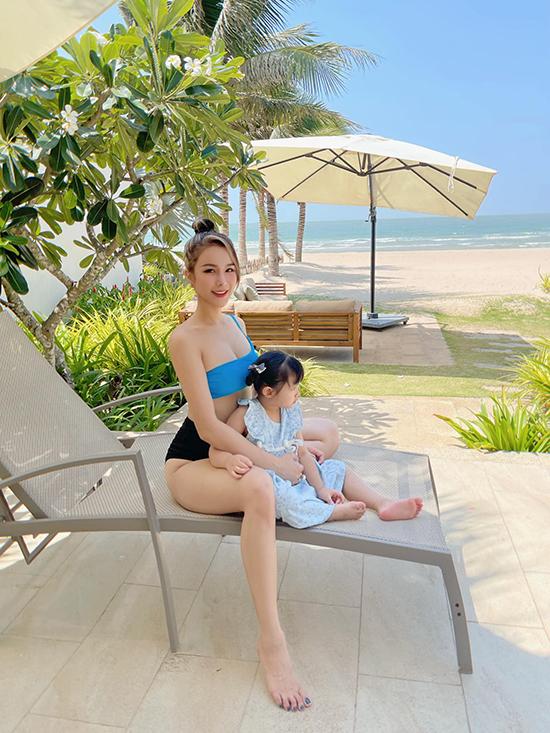 Đầu tháng 5, Diệp Lâm Anh đưa hai con đi nghỉ lễ 30/4 - 1/5 ở Vũng Tàu do khoảng cách khá gần Sài Gòn nên thuận tiên hơn cho gia đình có trẻ nhỏ. Cựu dancer khoe vóc dáng mẹ hai con nuột nà với những bộ bikini nóng bỏng. Cô nàng lựa chọn căn villa có bể bơi riêng và tự tay chuẩn bị tiệc tối ngoài trời cho cả nhà.