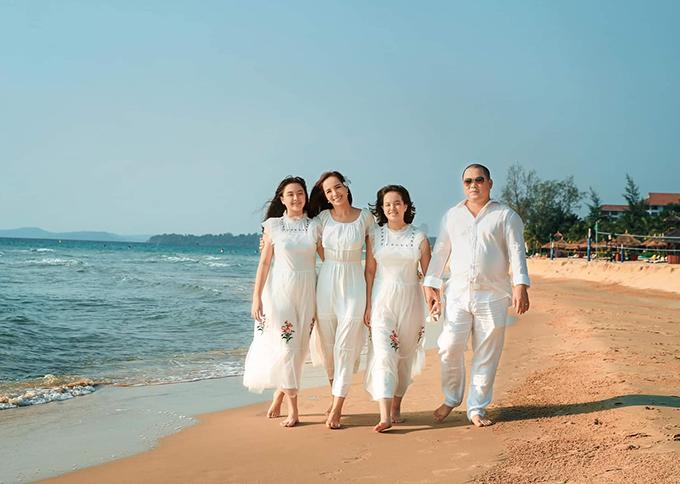 Gia đình Thuý Hạnh - Minh Khang lại ưa chuộng diện dresscode trắng mỗi khi đi du lịch. Team gia đình bốn người thảnh thơi đi dạo trên bãi biển riêng thuộc resort ở Phú Quốc. Đây là thời điểm không thực sự lý tưởng để tới đảo ngọc vì chuẩn bị bước sang mùa mưa, tuy nhiên vẫn may mắn có những ngày nắng đẹp.