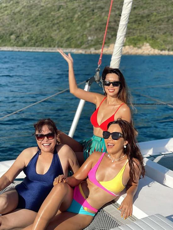 Hà Anh cùng mẹ và em gái tắm nắng, diện bikini trên du thuyền trong chuyến du lịch biển. Mẹ của người mẫu được khen vì thần thái trẻ trung, khoẻ khoắn.