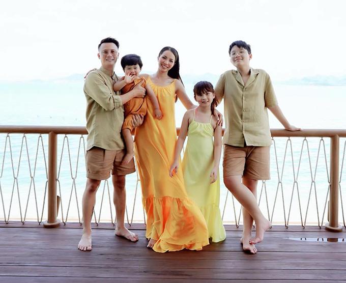 Nhà Hoàng Bách cũng có chuyến du lịch đến Nha Trang vào giờ chót, trước đợt dịch lần này. Cả nhà diện dresscode vàng - nâu để có những bức ảnh ấn tượng. Để hạn chế tiếp xúc, gia đình nam nhạc sĩ chỉ sinh hoạt cùng nhau trong căn villa biệt lập.