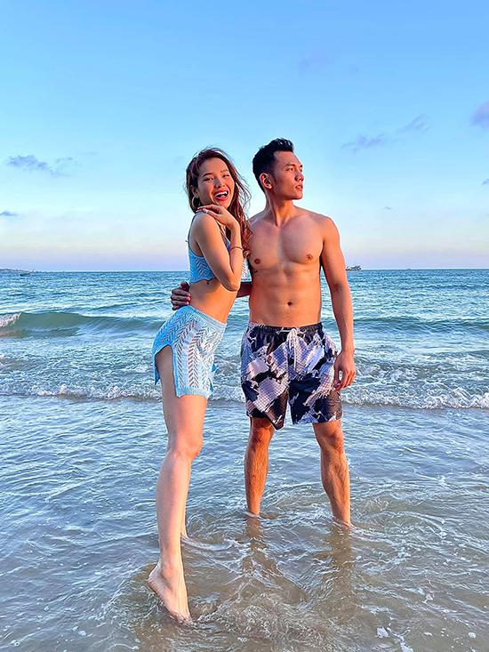 Phương Trinh Jolie tình tứ trong vòng tay của bạn trai Lý Bình trong kỳ nghỉ dưỡng mới đây. Nữ diễn viên dành phần lớn thời gian để thư giãn, tập yoga trong resort và tận hưởng giây phút ngọt ngào bên người thương.