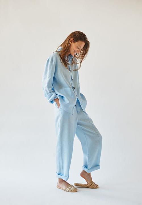 Ngoài tông trắng kem quen thuộc, vải linen còn có nhiều sắc màu bắt mắt giúp cho đồ ngủ, đồ mặc ở nhà đa dạng hơn.
