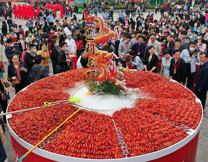 Lễ hội Xuyi năm nay bớt đông hơn mọi năm nhưng vẫn có những chiếc mâm tôm hùm đất khổng lồ.