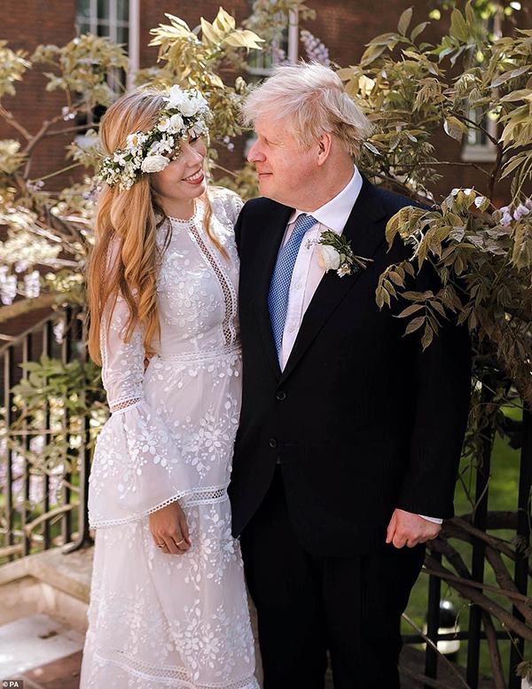 Tân phu nhân thủ tướng Anh chọn phong cách ngọt ngào, lãng mạn cho ngày cưới.