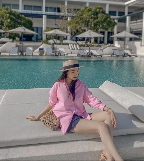 Sơ mi không chỉ phù hợp với những set đồ mang lại chỉn chu cho phái đẹp công sở. Đơn cử như cách phối áo hồng tôn nét nữ tính và trẻ trung của Minh Hằng.
