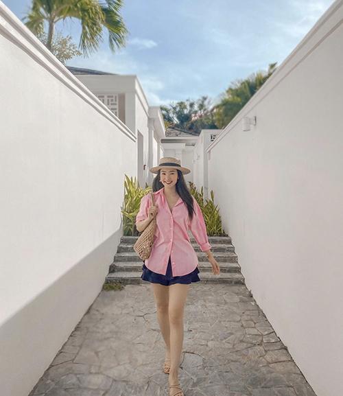 Sơ mi hồng cùng quần váy xếp tầng của Minh Hằng là set đồ phù hợp ngày nắng và giúp các nàng hack dáng hiệu quả.