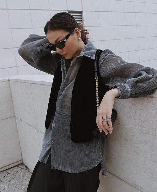 Nếu muốn bắt kịp trend sơ mi mới thì phái đẹp có thể tham khảo các mẫu áo trong suốt, áo vải xuyên thấu như của Thanh Hằng.