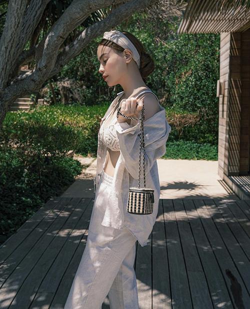 Hồ Ngọc Hà khoe eo thon với bộ trang phục vải thô, màu trung tính gồm sơ mi và quần suông được phối hợp đồng điệu với áo bra móc len.