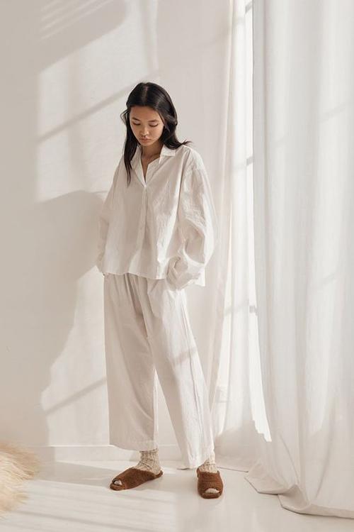 Trong thời gian ở nhà tránh dịch Covid-19, những bộ trang phục đơn giản, chất liệu thoáng khí sẽ giúp phái đẹp nhẹ nhõm hơn.