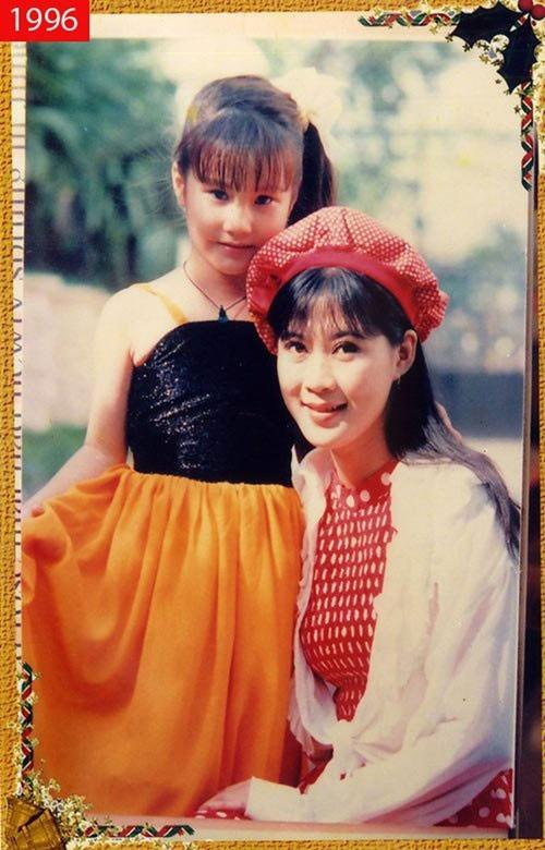 Diễm My bên người đẹp ảnh lịch Diễm Hương năm 1996.