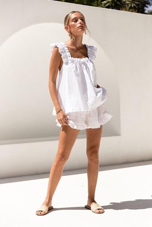 Bộ trang phục vải thô, gam trắng thanh thoát phù hợp khi đi ngủ, ở nhà độc sách, tắm nắng hay tham gia các hoạt động bếp núp.