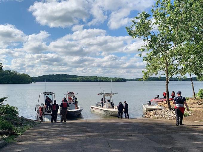 Máy bay rơi xuống hồ Percy Priest ở Smyrna, Tennessee.