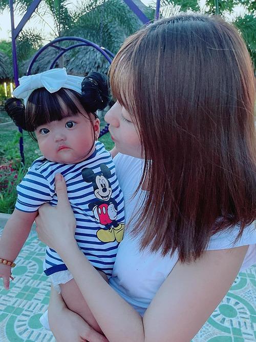 Con gái má bánh bao của vợ chồng Mạc Văn Khoa.