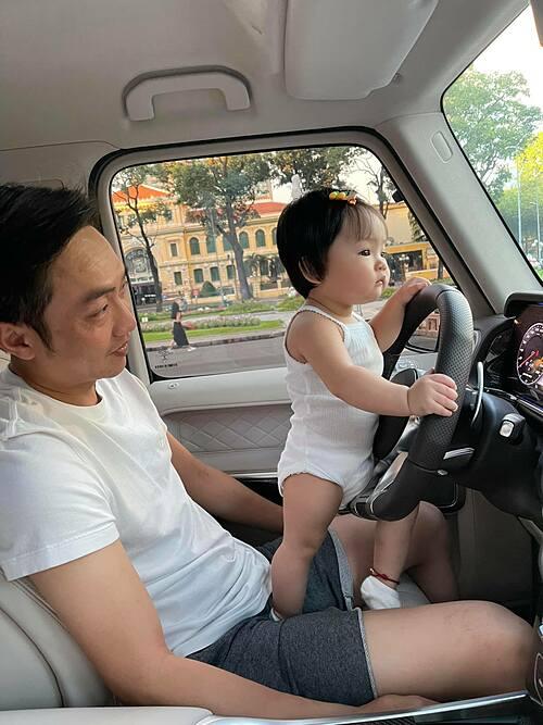 Thánh hóng xem tình hình ngày đầu giãn cách xã hội, Cường Đôla hài hước bình luận về bức ảnh đi dạo cùng con gái Suchin trên xế hộp.