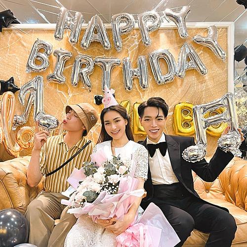 Gia đình Hoa dâm bụt gồm Đức Phúc và Erik mừng sinh nhật người chị thân thiết Hòa Minzy.