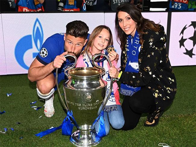 Tiền đạo kỳ cựu Olivier Giroud mừng vô địch Champions League cùng cô vợ Jennifer và cô con gái lớn 8 tuổi Jade. Cặp đôi kết hôn năm 2011 và có 4 em bé, hai trai, hai gái. Năm 2014, chân sút người Pháp được vợ tha thứ sau khi vướng bê bối ngoại tình.