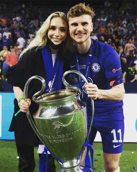 Tiền đạo Timo Werer và bạn gái Julia cùng chụp ảnh kỷ niệm với Cup Champions League. Giống đồng hương Kai Havertz, chân sút 25 tuổi kín tiếng trong chuyện riêng tư.