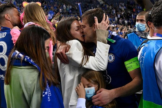 Thủ quân Cesar Azpilicueta say trong nụ hôn ngọt ngào với bà xã Adriana Guerendiain khi hai cô con gái đang đứng ở bên cạnh. Ngôi sao Chelsea và người đẹp đồng hương hẹn hò một thời gian dài trước khi kết hôn năm 2015. Cả hai đều cố gắng giữ cuộc sống gia đình tránh xa ống kính.