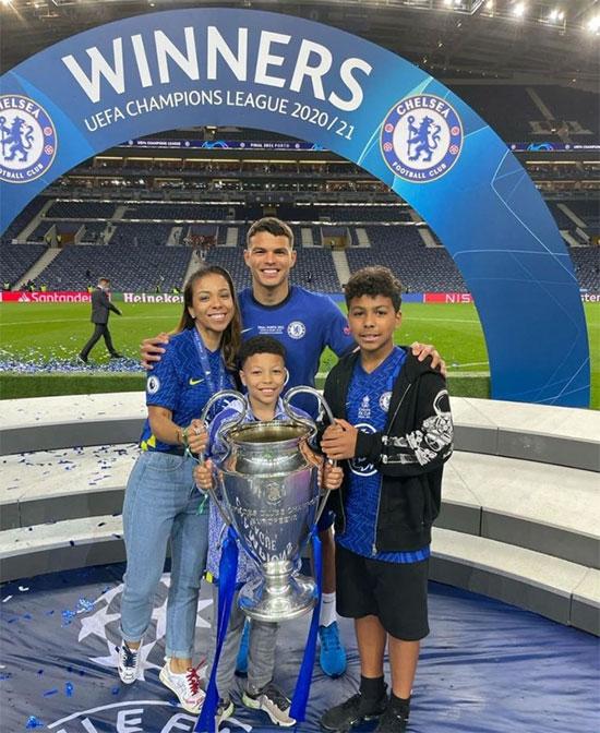 Trung vệ Thiago Silva bị đau phải rời sân từ giữa hiệp một nhưng vẫn được tận hưởng niềm vui chiến thắng cuối cùng. Bà xã Isabelle cùng hai con trai cũng tới sân Dragao, Porto, Bồ Đào Nha, chia vui cùng Silva trong giây phút vinh quang.