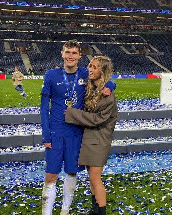 Andreas Christensen - người vào thay Thiago Silva ở hiệp một - ôm bạn gái Katrine Friis mừng chiến thắng. Hậu vệ người Đan Mạch khoác áo The Blues từ 2013 tới nay.
