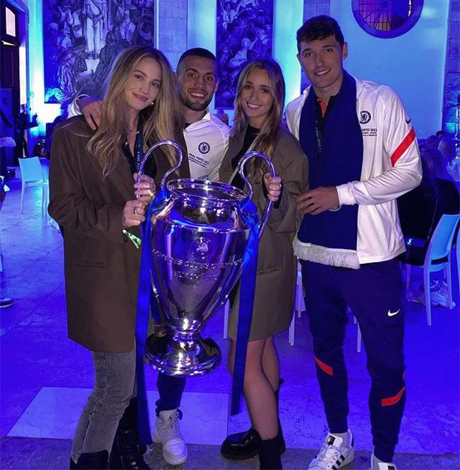 Vợ Kovacic (ngoài cùng bên trái) và bạn gái Andreas Christensen cùng tham gia bữa tiệc mừng chiến thắng ở Porto vài giờ sau trận chung kết. Kovacic vào sân ở những phút cuối của trận đấu và lần thứ tư nâng cao Cup Champions League. Ba lần trước, ngôi sao người Croatia vô địch với Real.