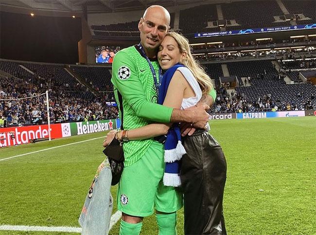 Thủ môn dự bị Willy Caballero ôm chặt bà xã Lucia sau khi nhận huy chương vô địch.