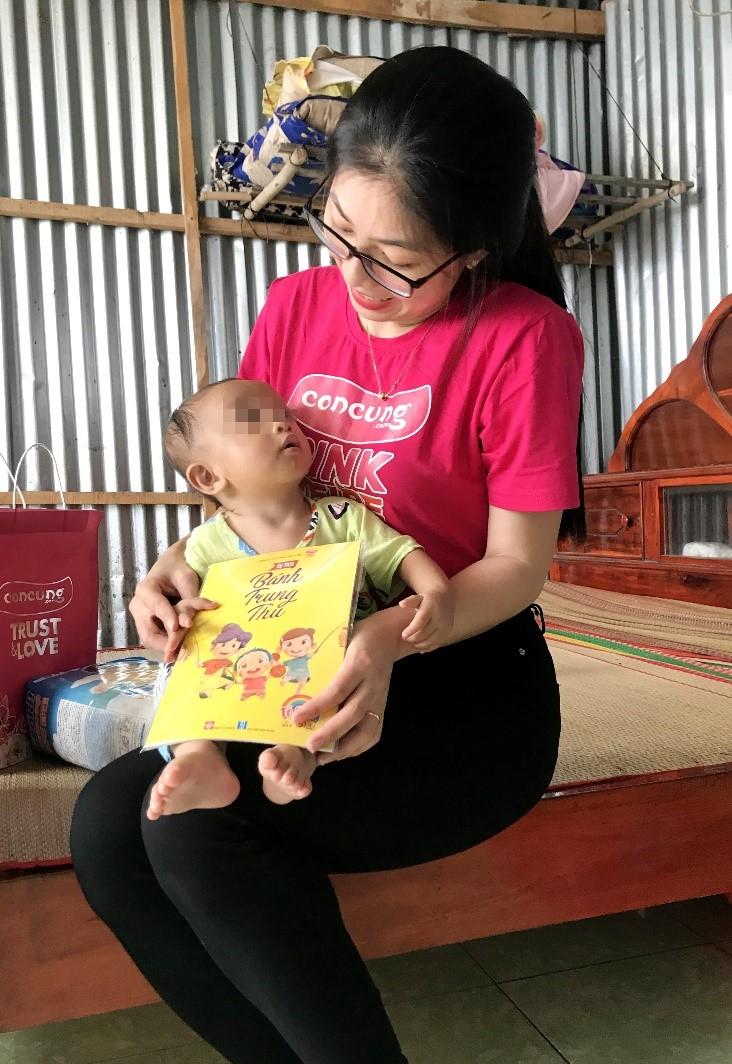 Nhân viên Con Cưng vui đùa cùng bé T.V.L (11 tháng tuổi) khi đến thăm gia đình bé vào tháng 5/2021.