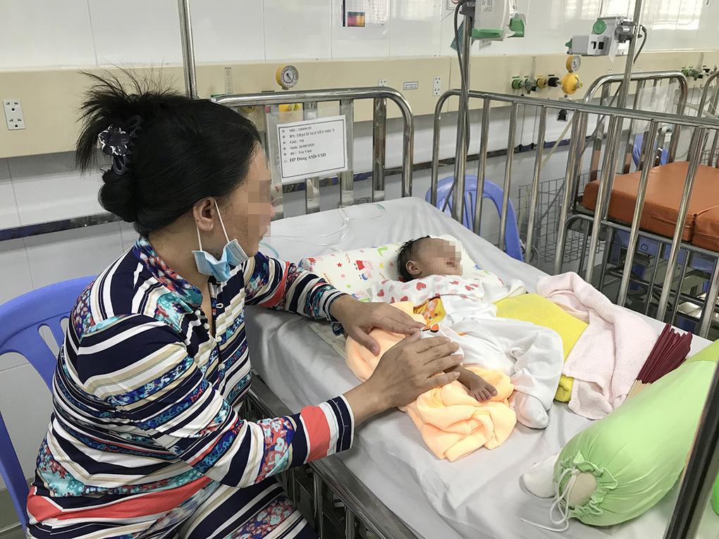 Mẹ bé Y. chăm sóc con tại Bệnh viện Nhi đồng I (TP HCM) trước ca mổ vào năm 2020.