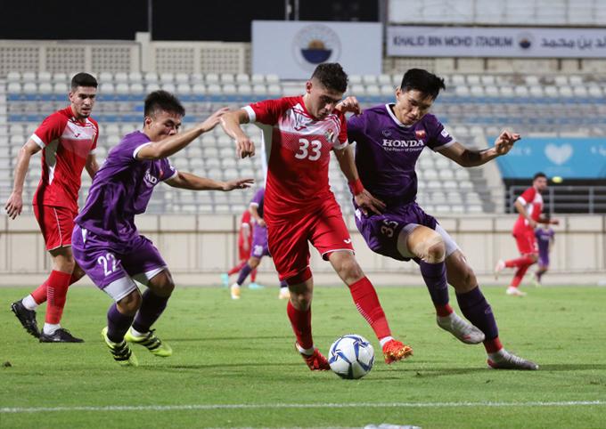 Trong khi đó, hàng thủ Việt Nam để thua sớm ở hiệp một và phải chịu một quả penalty ở hiệp hai.
