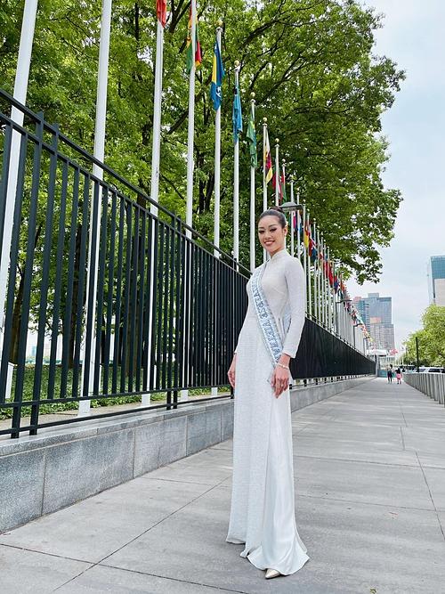 Hoa hậu Khánh Vân diện áo dài Việt Nam tại New York (Mỹ).